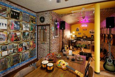 沢山の楽器と音楽(たまにオーナーのアツい歌声)に囲まれ、自慢の珈琲と美味しい小倉トーストが頂けるお店・・・「Cafe&Music River Door」がオープン♪
